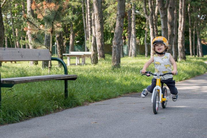 kid on woom balance bike