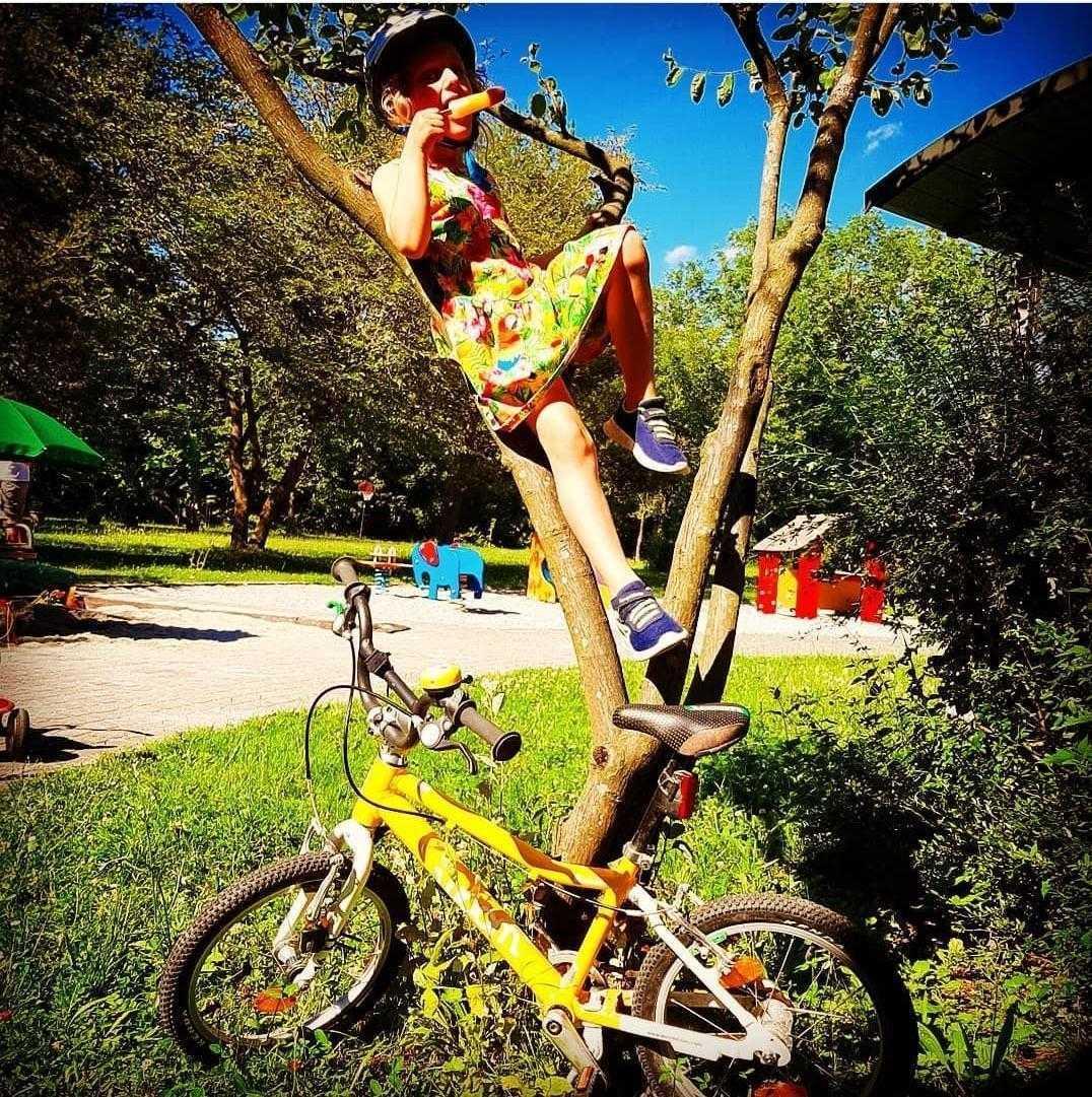 Giro del Gelato Teilnehmerin am Baum