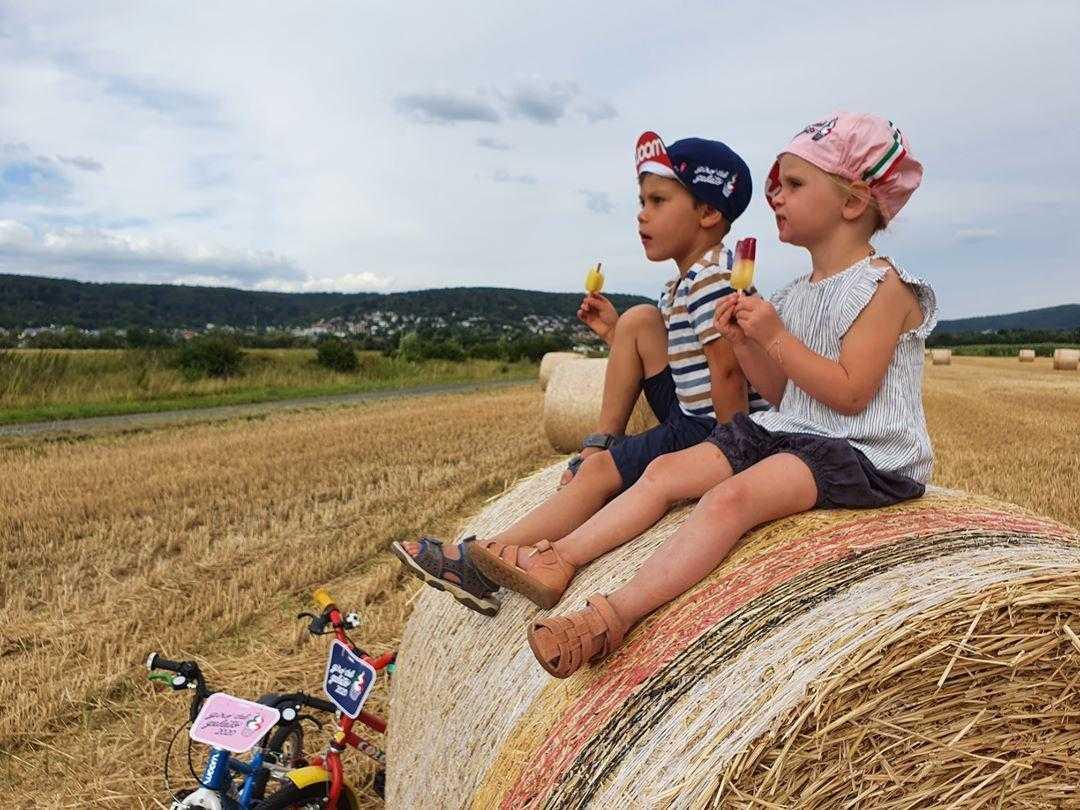 Giro del Gelato Teilnehmer am Heuballen