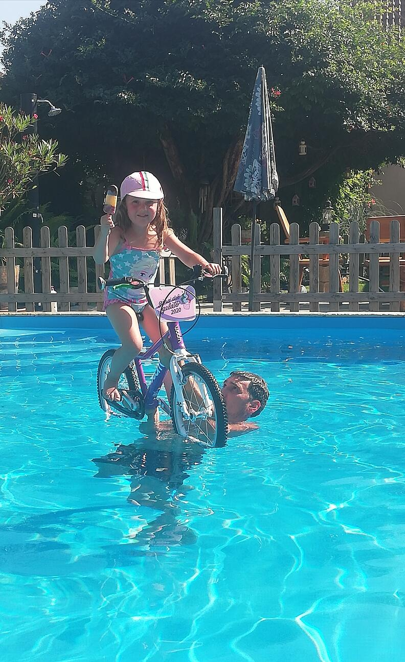 Giro del Gelato Teilnehmerin im Pool