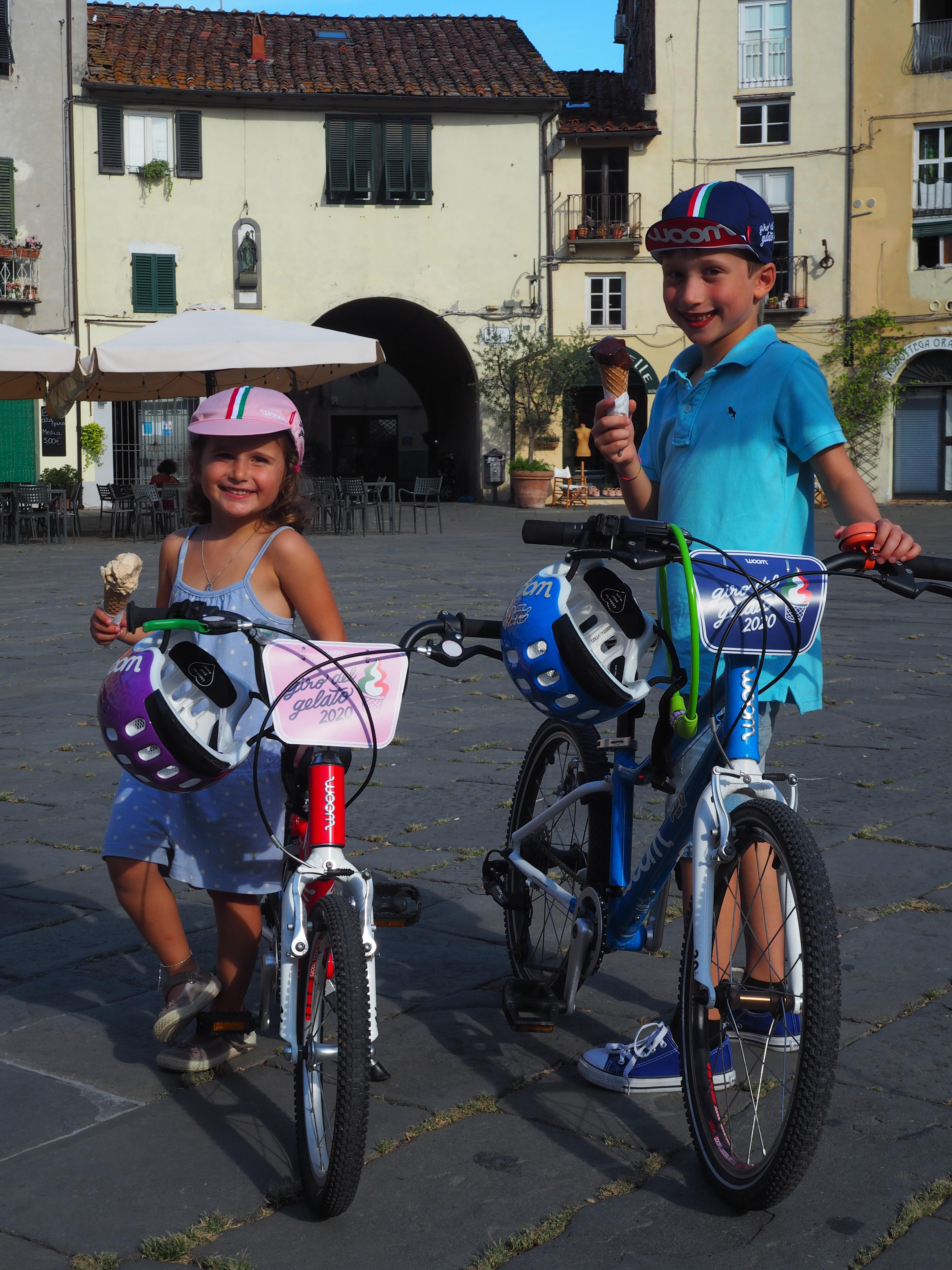 Zwei Giro del Gelato Teilnehmer mit ihrem Eis