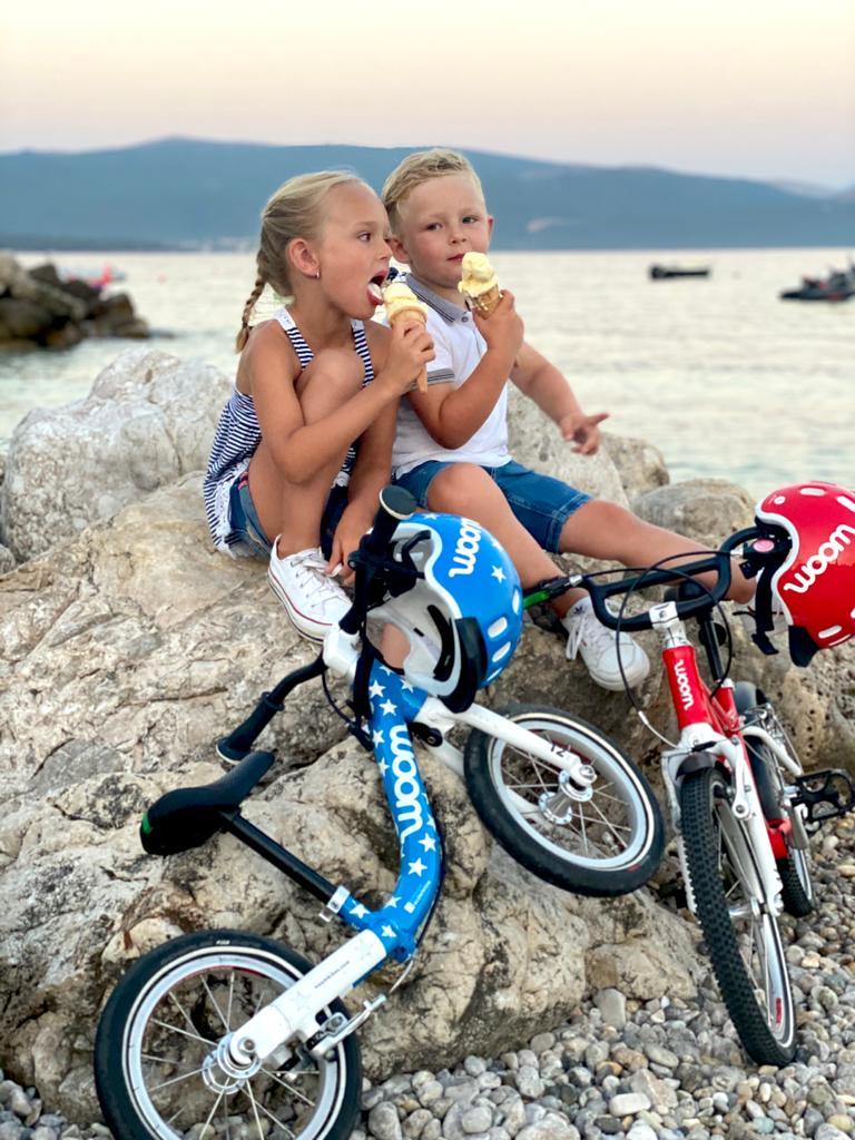 Zwei Kinder bei ihrem Giro del Gelato im Urlaub