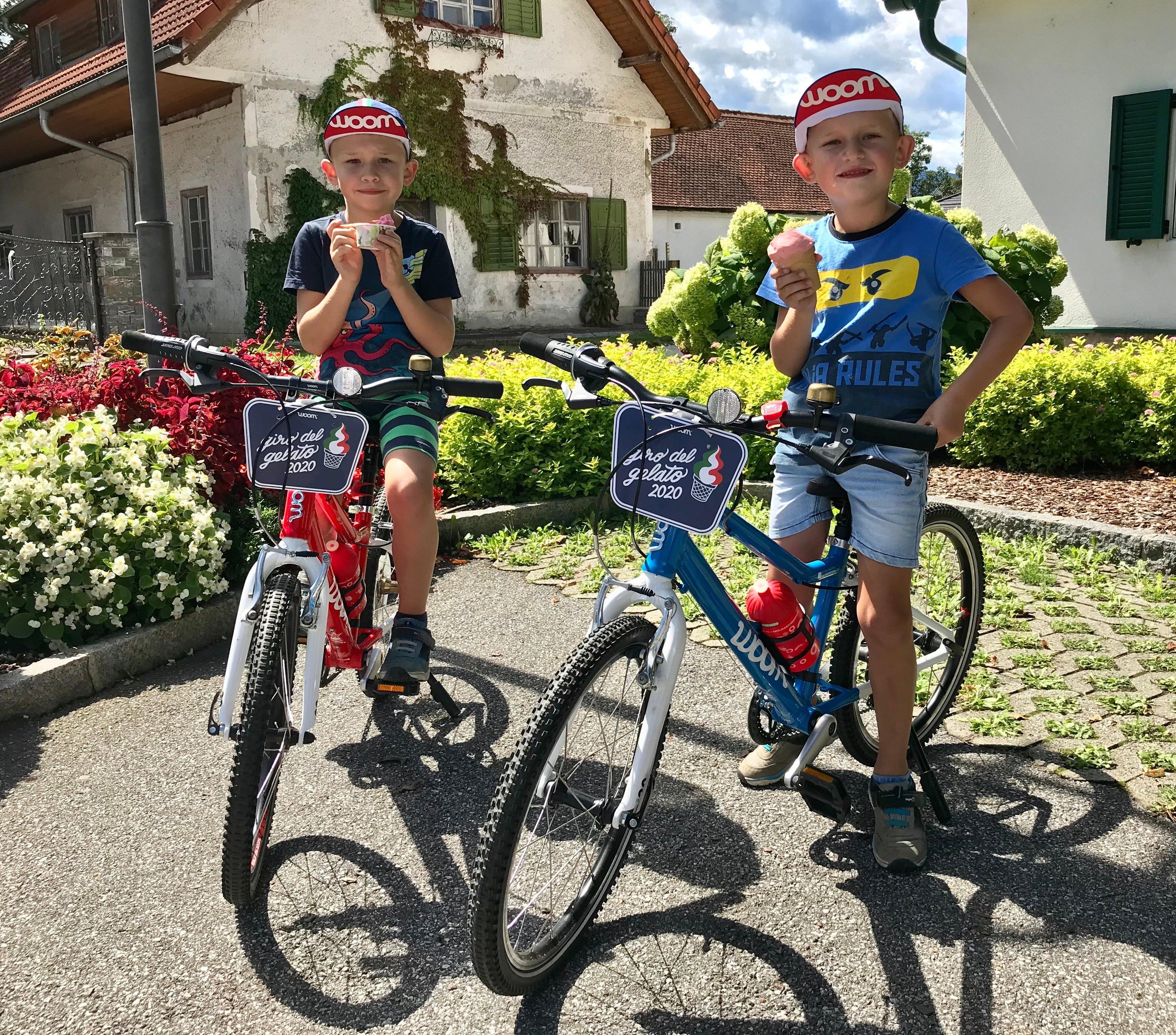 Zwei Kinder bei ihrem Giro del Gelato