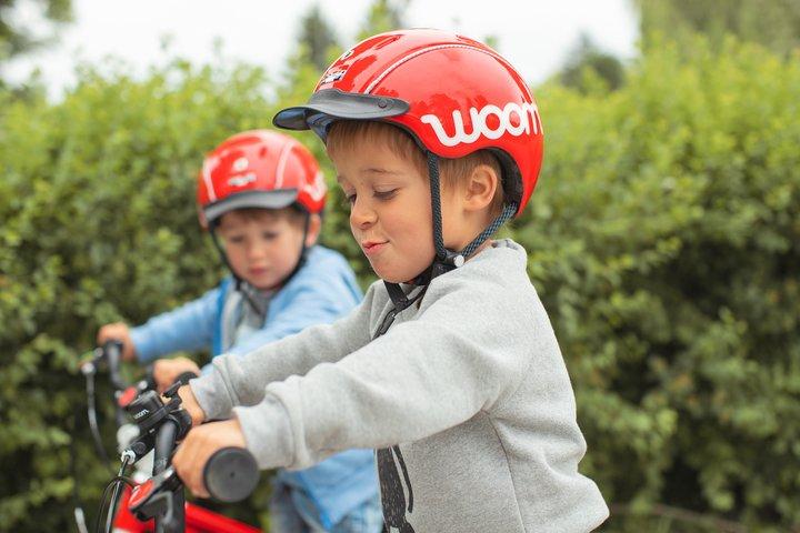 Nahaufnahme eines Buben mit woom Fahrradhelm