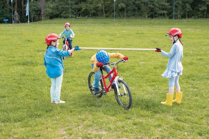 Kinder beim Durchführen einer Übung