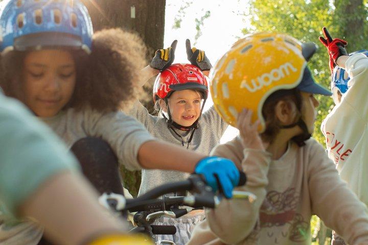 Kinder mit woom Fahrradhelmen