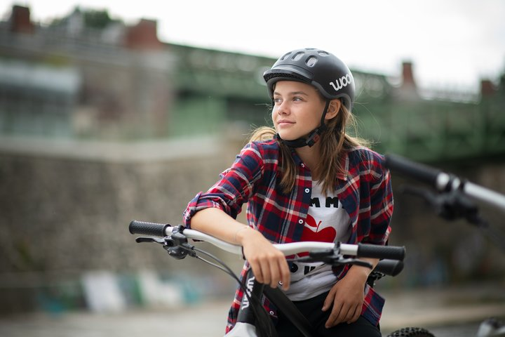Jugendliches Mädchen am woom Mountainbike
