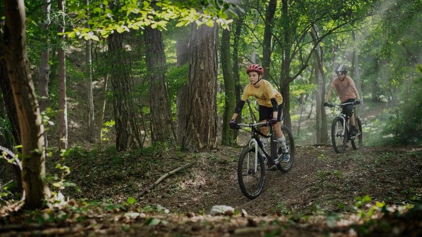 Kinder mit woom Mountainbike im Wald