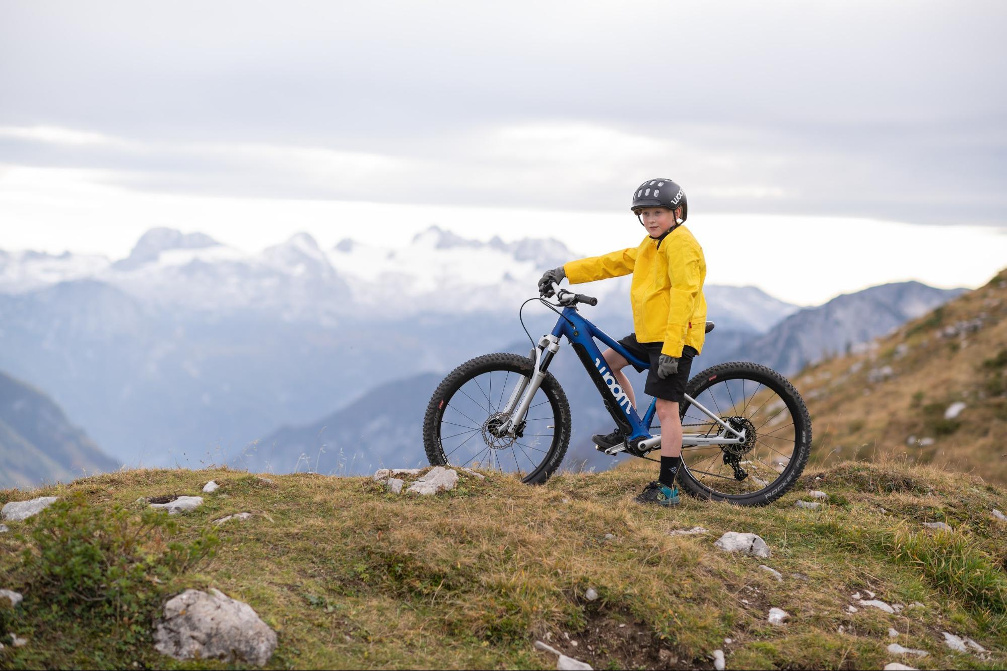Jugendlicher auf woom E-Mountainbike