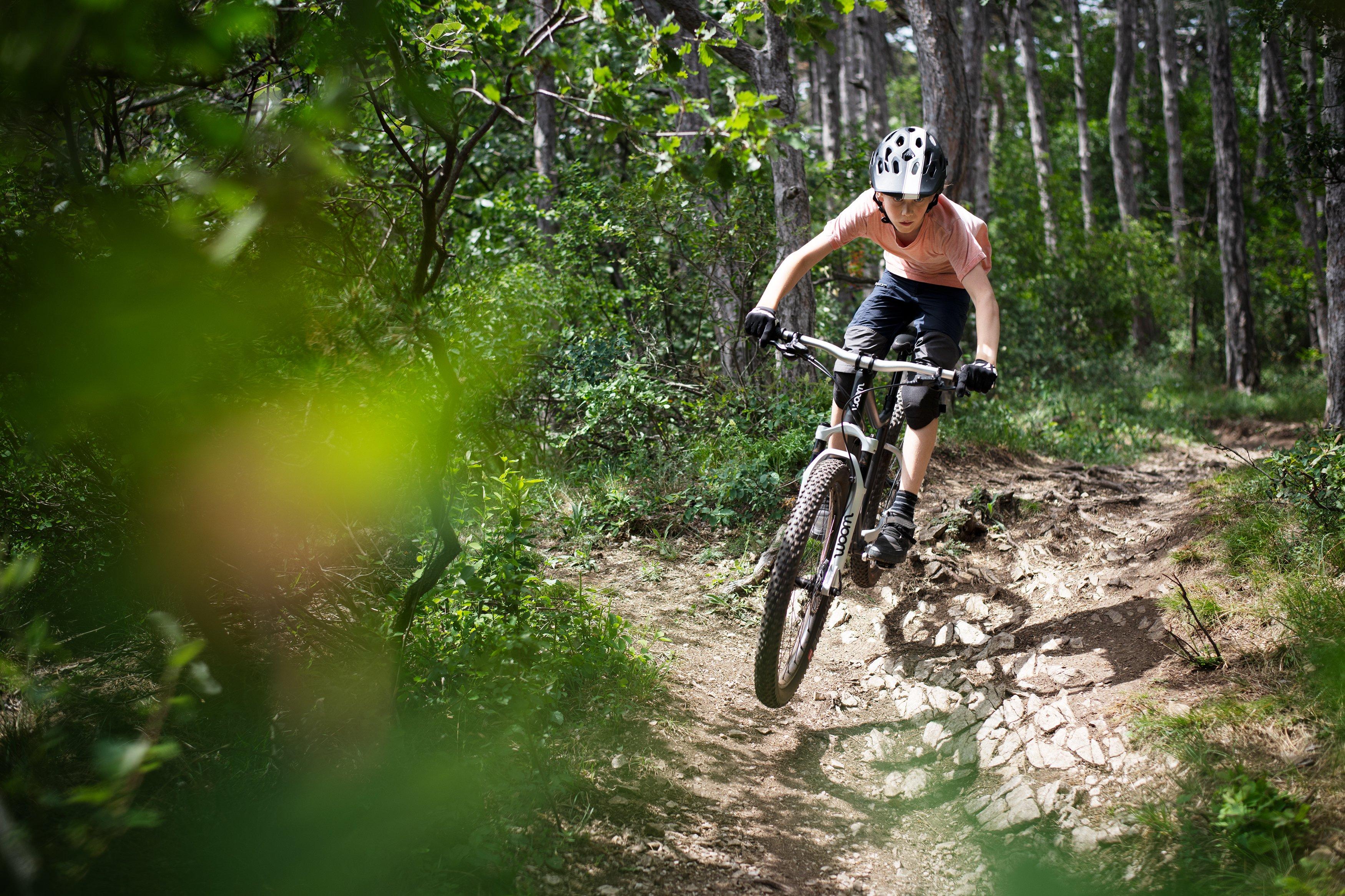 Jugendlicher mit woom Mountainbike offroad